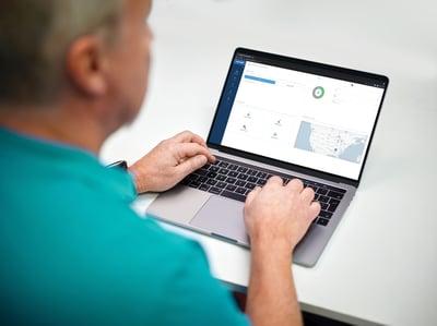 PP_device-laptop_man_01